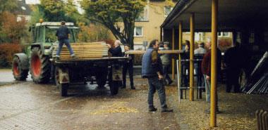 Abbau der Kreisschau 2002 an der Turnhalle der Grundschule Brühlstraße; von links: Peter Nießen, Günther Abels, Lissy Gilles, Heinz Nießen, Fritz Ott, Daniel Neukirchen, Helmut Lauter (halb verdeckt), Leo Lauter
