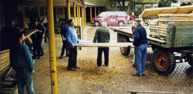 Beim Auf- und Abbau der Kreisschau (hier 2002 an der Turnhalle Brühlstraße) ist tatkräftige Hilfe gefragt; hier noch zusätzlich: Niklas Horcher, Hans Krings, Wolfgang Strixner, Friedel Nießen Fotos: Josef Krings